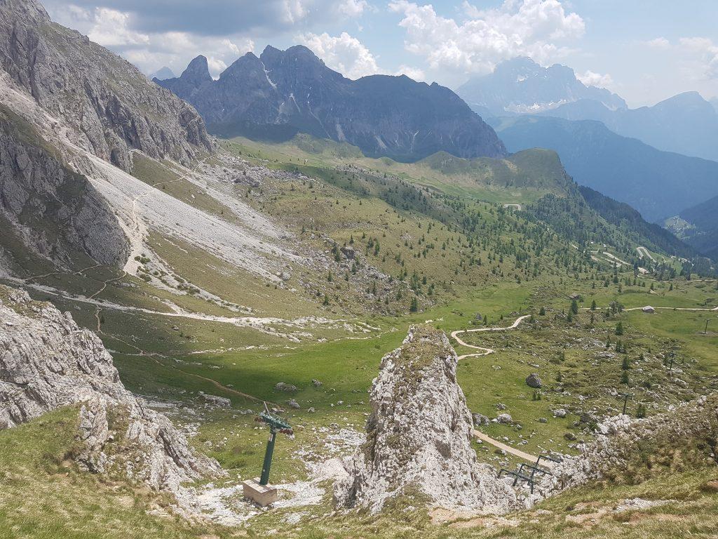 Widok na dolinę z Averau. Ten wąziutki trawers po lewej tronie zdjęcia to trasa Cortina Ultra Trail